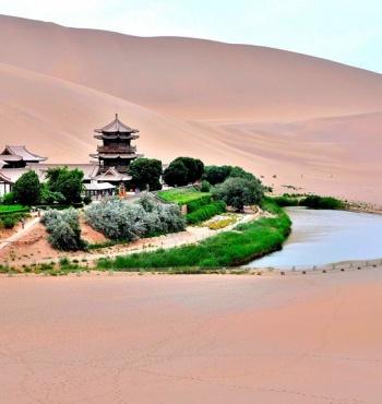 Озеро Юэяцюань - оазис посреди пустыни