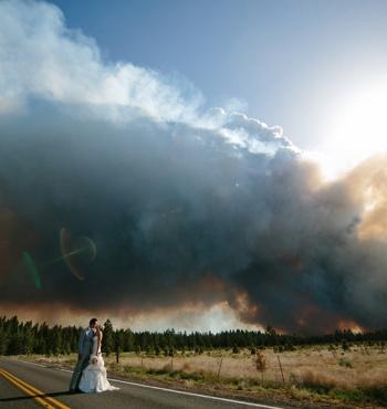 Фото дня: Свадьба и лесной пожар